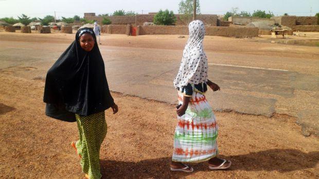 des-maliennes-marchent-dans-une-rue-de-kidal-le-7-aout-2012_5880853.jpg