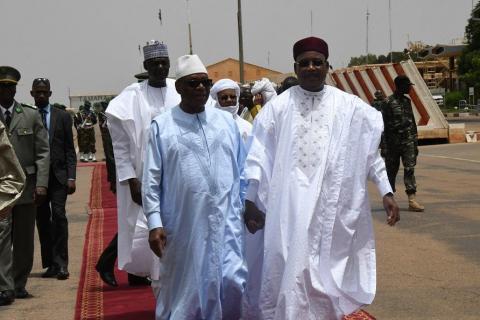Le président malien Ibrahim Boubacar (G) Keïta est arrivé mercredi dans la capitale nigérienne Niamey